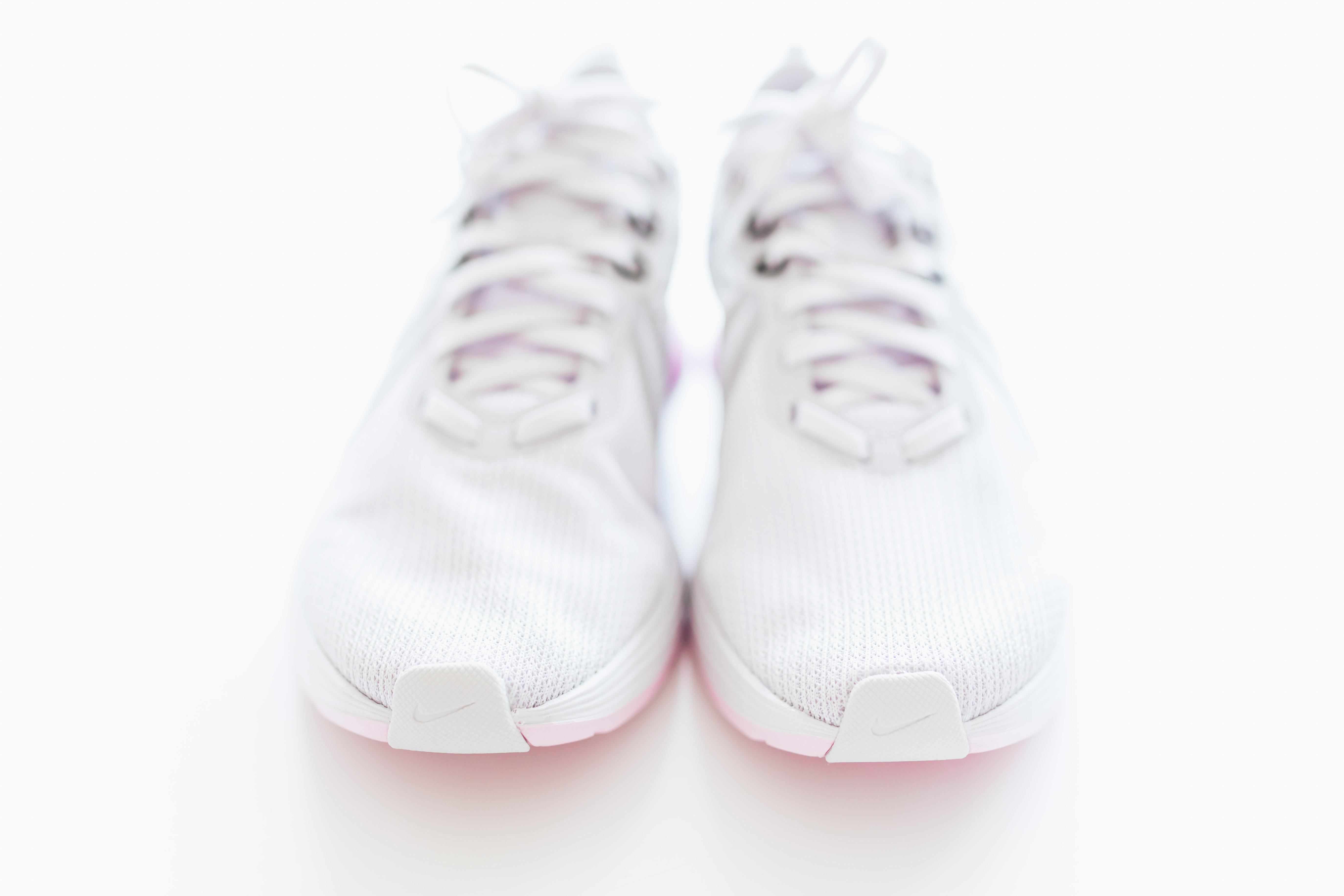 8 vita och heta sneakers att ta sig an våren med!